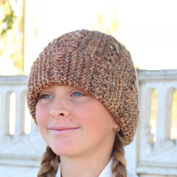 вязаная женская шапка спицами ручной работы